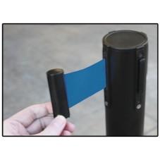 poste control peatonal negro con cinta azul